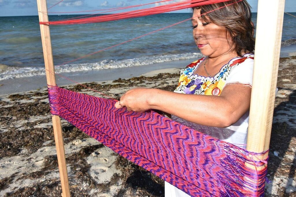 Tejiendo tradiciones para crear comunidades sostenibles-Weaving Traditions to Create Sustainable Communities